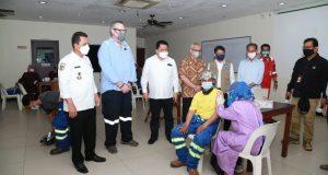 Tinjau Vaksinasi Pekerja PT MC Dermott, Gubernur Ansar : Semua Pihak Bahu Membahu Sukseskan Vaksinasi