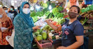 Bagikan Masker Di Pasar, Dewi Ajak Masyarakat Displin Memakai Masker